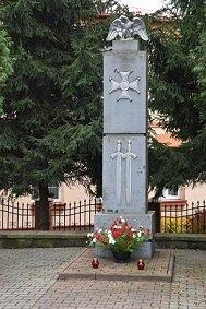 Zdjęcie z pomnikiem ku pamięci poległych w walce o niepodległość.